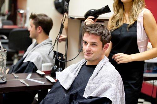 Ảnh chụp chân dung của một khách hàng với một thợ làm tóc nữ