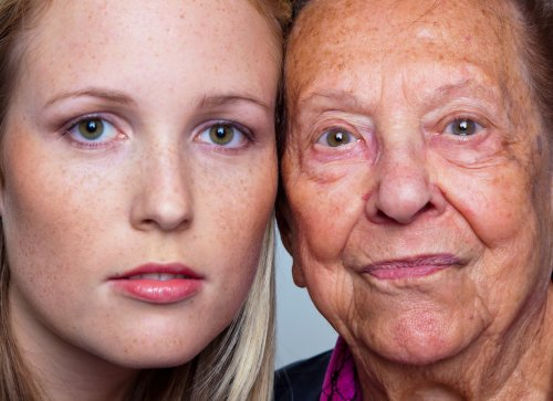 Ảnh chụp chân dung của một phụ nữ trẻ và một bà già kề nhau