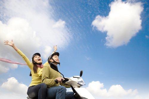 Ảnh chụp cặp vợ chồng hạnh phúc vui chơi trên xe tay ga
