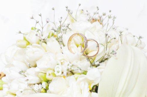 Ảnh chụp nhẫn cưới giữa một nhóm hoa đẹp