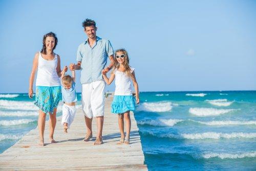 Ảnh chụp gia đình bốn người trên cầu cảng