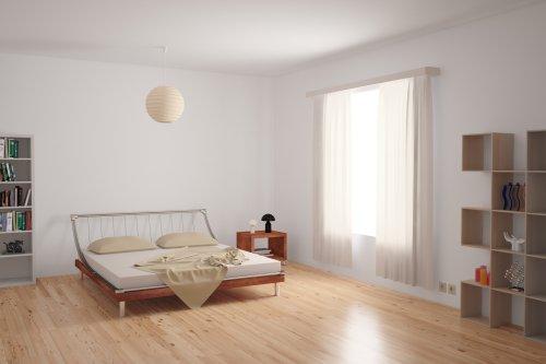 Ảnh chụp Nội thất phòng ngủ hiện đại với trang trí tối giản với màu trung tính trên một sàn gỗ cứng không lát.