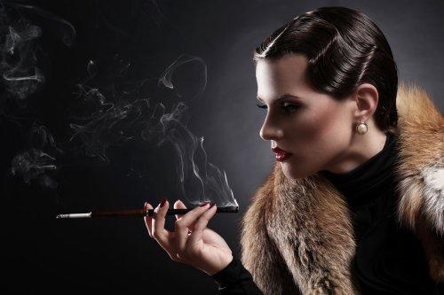Hình ảnh cổ điển Người phụ nữ đẹp hút thuốc lá
