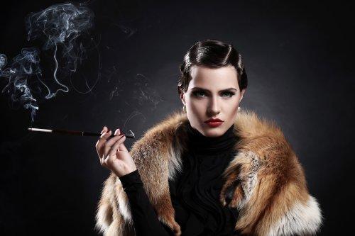 Hình ảnh Người phụ nữ đẹp hút thuốc lá