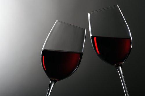Ảnh chụp hai ly rượu vang đỏ chạm vào nhau