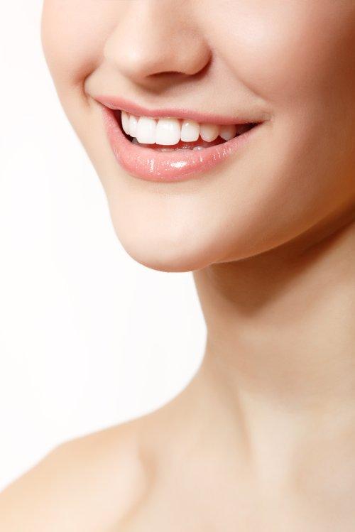 Ảnh chụp nụ cười đẹp của người phụ nữ trẻ với hàm răng trắng khỏe mạnh