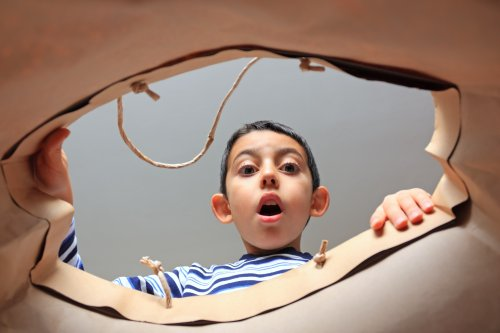 Ảnh chụp trẻ em ngạc nhiên khi mở túi mua sắm