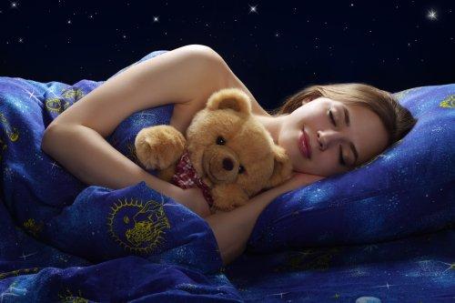 Hình ảnh cô gái ngủ trên nền tối