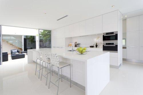 Ảnh chụp Nhà bếp sang trọng với các thiết bị bằng thép không rỉ trong dinh thự của Úc