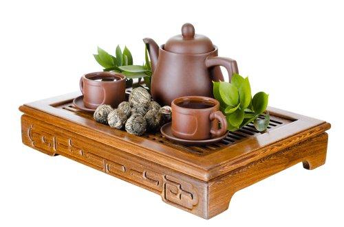 Ảnh chụp ấm trà và cốc trên ván gỗ, nền trắng