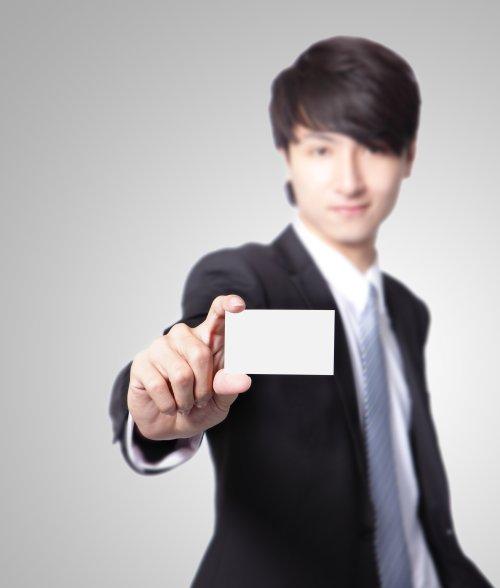 Ảnh chụp người đàn ông cầm thẻ kinh doanh với khuôn mặt cười