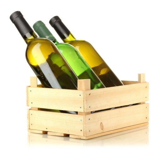 Ảnh chụp chai rượu vang trong hộp gỗ trên nền màu trắng