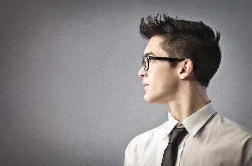 Hình ảnh người đàn ông kinh doanh trẻ tuổi trên nền màu xám