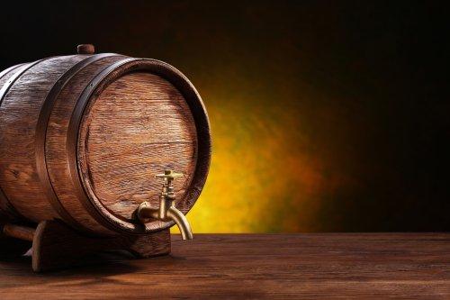 Ảnh chụp thùng gỗ sồi cũ trên một bảng gỗ ,sau nền tối