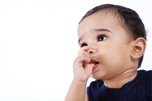 Ảnh chụp Trẻ em Ấn Độ Dễ thương ngậm ngón tay cái của mình
