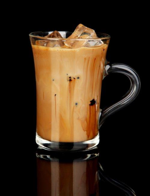 Ảnh chụp Cà phê lạnh với nước đá trong ly trên nền đen