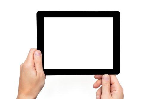 Ảnh người đàn ông cầm máy tính bảng cảm ứng với màn hình trắng