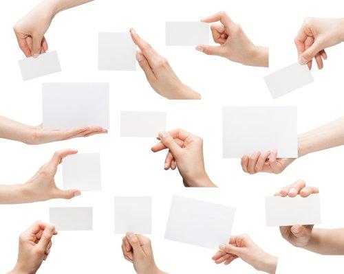 Ảnh sưu tập của tấm thẻ trắng trong một bàn tay bị cô lập trên nền trắng