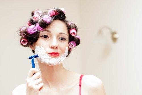 Hình ảnh người phụ nữ vui cười cạo râu với mặt nạ bọt