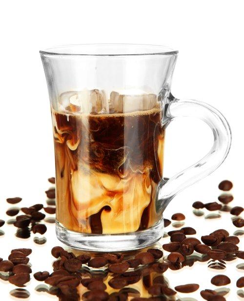 Ảnh chụp Cà phê lạnh với nước đá trong ly tách trên mặt trắng