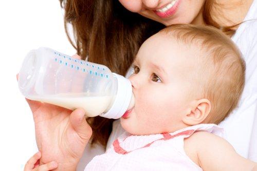 Hình ảnh em Bé bú sữa trong bình