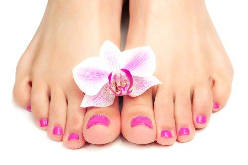 Ảnh chân dung móng chân màu hồng với hoa lan