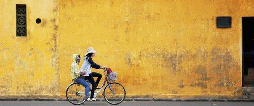Ảnh minh hoạ hai cô gái trên chiếc xe đạp với bức tường cũ ở Việt Nam
