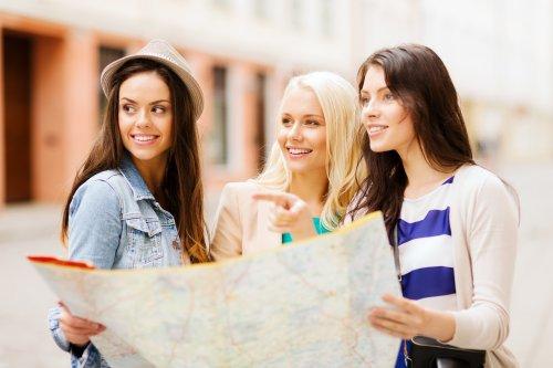 Ảnh chụp đi du lịch ngày nghỉ , những cô gái xinh đẹp tìm kiếm trong bản đồ