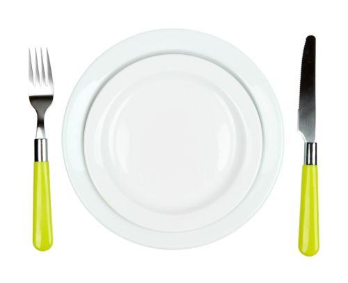 Ảnh chụp Dao, đĩa màu và nĩa, cô lập trên nền màu trắng