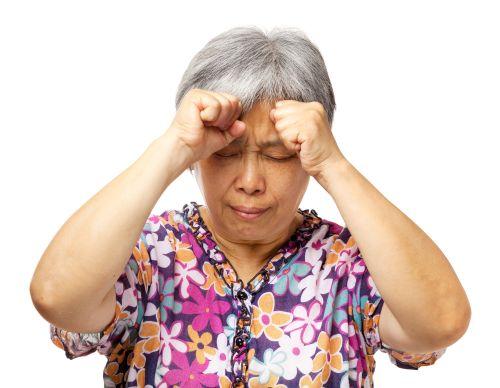 Hình ảnh người phụ nữ lớn tuổi bị đau đầu