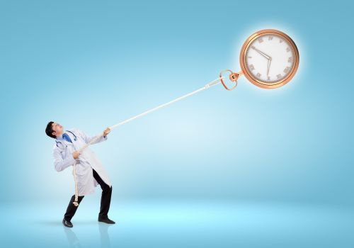 Hình ảnh của bác sĩ đẹp trai kéo đồng hồ bằng dây thừng