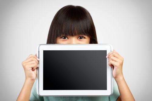 Ảnh chụp cô bé đang cầm máy tính bảng trống che khuất nửa dưới của khuôn mặt bằng màn hình