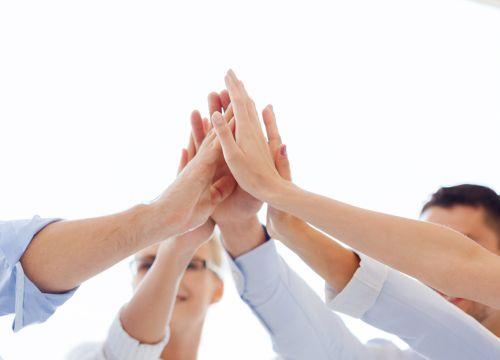 Hình ảnh biểu tượng thành công và chiến thắng của đội ngũ kinh doanh văn phòng