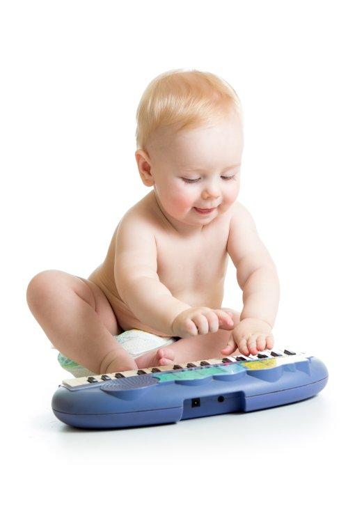 Ảnh chụp cậu bé đáng yêu chơi piano điện tử