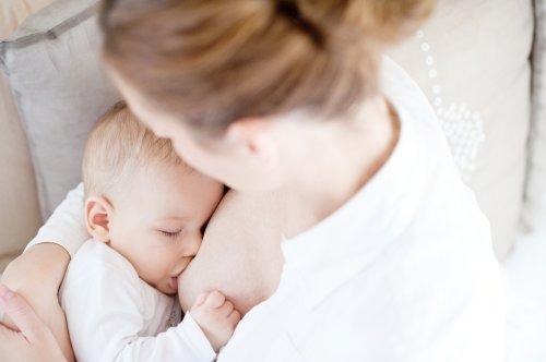 Ảnh chụp trẻ sơ sinh bú sữa mẹ trong nhà