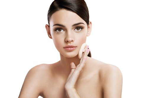 Hình ảnh người phụ nữ chăm sóc da bằng miếng xốp