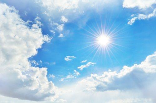 Ảnh chụp bầu trời đầy mây và mặt trời với tia sáng