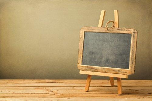 Ảnh chụp bảng đen trên giá vẽ gỗ