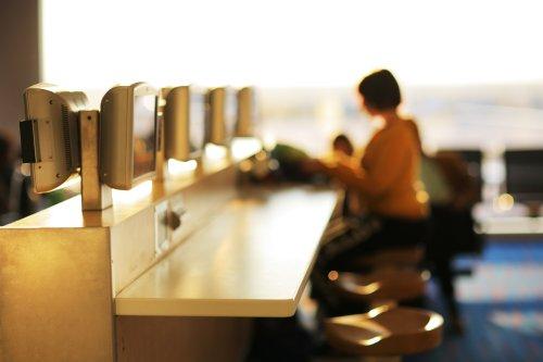 Hình ảnh quán cà phê Internet ở sân bay. DOF nông.