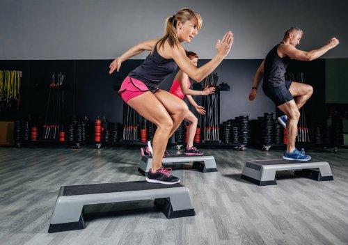 Ảnh người phụ nữ khỏe mạnh huấn luyện viên lớp aerobic trên một trung tâm thể dục