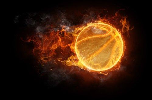 Hình ảnh biểu tượng quả bóng thể thao cháy trên nền đen