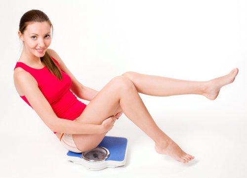 Hình ảnh Phụ nữ ngồi trên chiếc cân