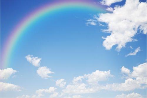 Hình ảnh một nền cầu vồng trên bầu trời xanh