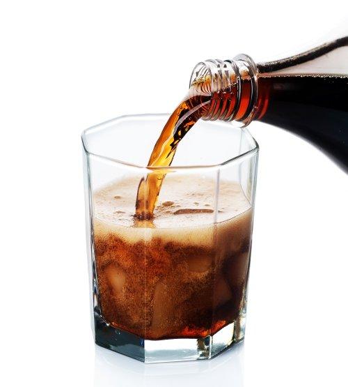 Hình ảnh Đổ Cola vào ly trên nền trắng
