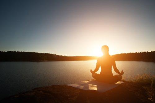 Hình ảnh người phụ nữ khỏe mạnh đang tập yoga ở hồ lúc hoàng hôn. | Thư viện stock vector đẹp miễn phí