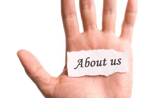 Hình ảnh Giới thiệu về chúng tôi, bằng mảnh giấy rách từ trong tay,