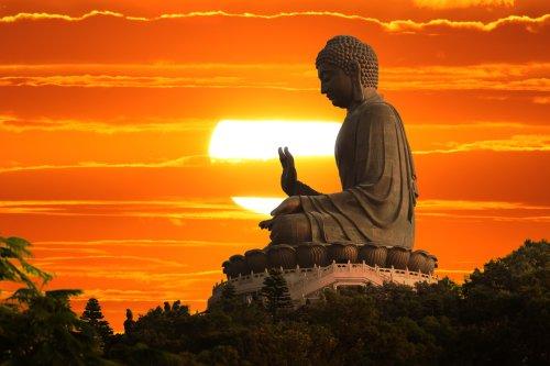 Hình ảnhTượng Phật trên nền hoàng hôn