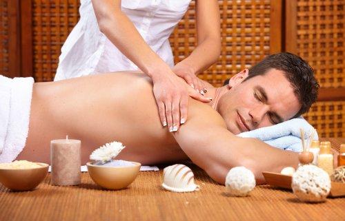 Hình ảnh chàng trai trẻ đẹp trai đang được massage