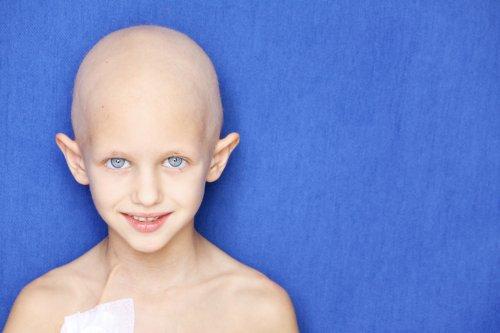 Ảnh chân dung của một đứa trẻ caucasian , không có mái tóc do điều trị hóa trị liệu