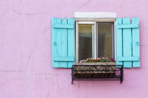 Ảnh chụp không gian cửa sổ màu xanh trên tường màu hồng